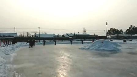小学建造上千平米冰场 专业老师教孩子滑冰 每日新闻报 20191230 高清版