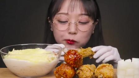 吃播:韩国美女吃货试吃韩式炸鸡,配上芝士奶油意面,吃得超满足!