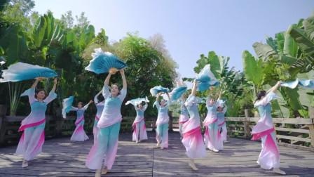 中国风舞蹈《苏幕遮》,柔情似水,蜜意如绵,这扇子看着就是舒服