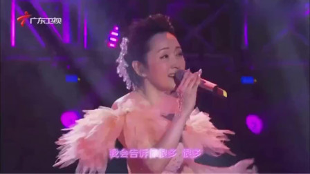 20年前杨钰莹一首《轻轻的告诉你》,熟悉的歌声,曾经火遍大街小巷
