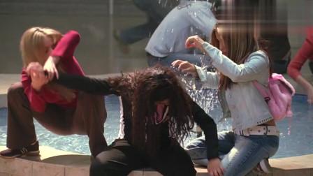 贱女孩:这群人行为怪异,她扑进水池里