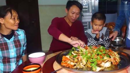 农村小伙买了8只大青蟹红烧,吃得满嘴流油,两个小屁孩抢着吃