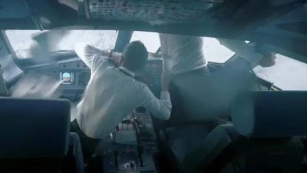 中国机长:飞机挡风玻璃破裂,副机长半身挂在窗外,全程捏一把汗