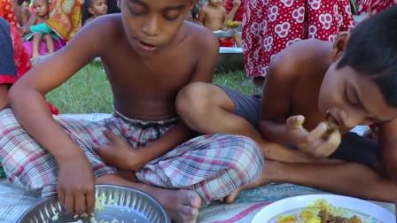 孟加拉大锅饭,咖喱牛肉焖土豆全村坐一起享受直接用手抓