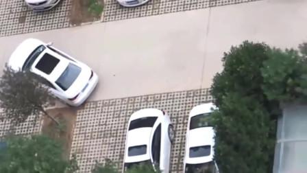 监控:女司机倒车入库失败,3人决定抬车入库!