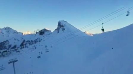 雪场缆车因故障停运 近百名游客悬挂半空2小时