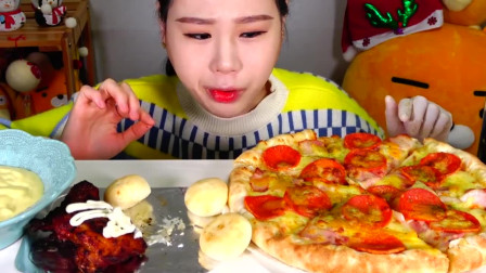 美女直播吃培根香肠披萨和牙买加烤鸡腿,配上蛋黄酱吃的太香了