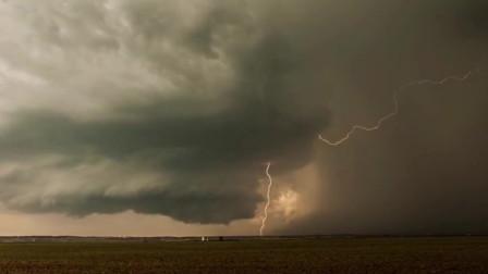 实拍龙卷风形成前的场面,简直如同地狱非常恐怖,看得我毛骨悚然