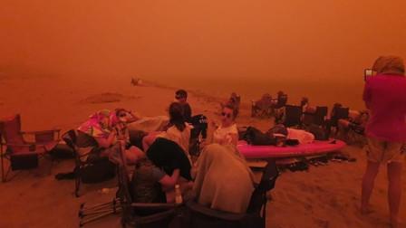 澳大利亚小镇遭遇山火袭击 天空被染成血红色 超4000人被困