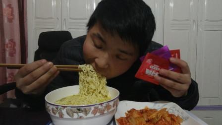 农村小伙晚上饿的慌,泡方便面配辣白菜辣片,火腿肠,看饿了