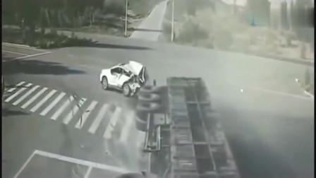 小轿车发生车祸,回看监控,才知道大货车太冤了