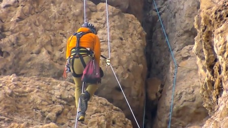 """探险队攀登""""魔鬼岩壁"""",男子一脚踩空差点掉落,我不行了"""