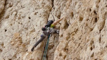 """女子攀登无人区""""魔鬼岩壁"""",岩石硬度酷似奶酪,差点没抓稳"""