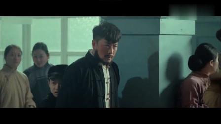 电影片段:鬼子企图夺取重要情报,结果遇上一群骁勇的八路军特工