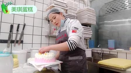 好漂亮的一款粉边水果生日蛋糕,蛋糕上面的水果搭配的很漂亮!