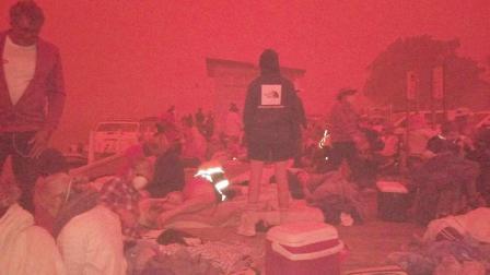 澳大利亚小镇惊现血色天空,超4000人等待跳海避难