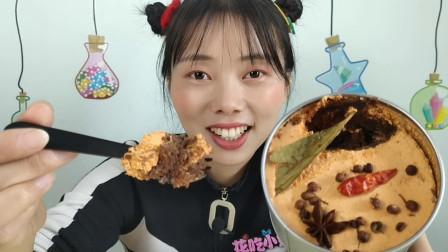 """美食拆箱:妹子吃""""火锅小蛋糕"""",铺满香料,底料混合奶香是啥味"""