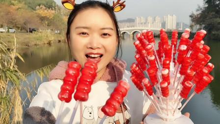 """小姐姐吃趣味零食""""冰糖葫芦棒棒糖"""",红艳艳似算珠,酸甜开心吃"""