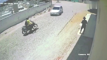 小车拐弯超速太急发生车祸,更惨的还在后面,监控拍下全程!