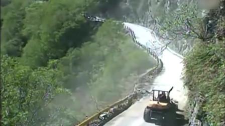 推土机工人正在悬崖维修公路,监控突然拍下这死神已降临一刻