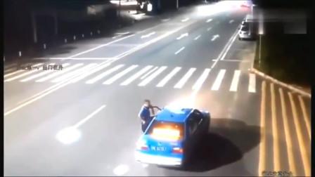 摩托车这是多少的速度!瞬间车就碎了!监控拍下这恐怖一幕!