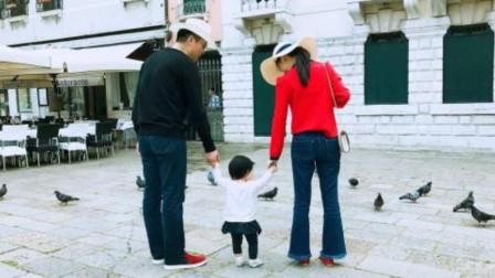 章泽天带女儿罕见出境,刘强东:希望女儿不要意识到父亲财富多少