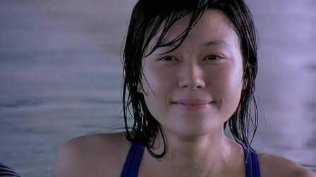 美女正在水里玩的开心,背后突然一只手抓住了她