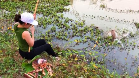 用大螃蟹钓鱼,妹子连连提竿,看看她钓了多少?