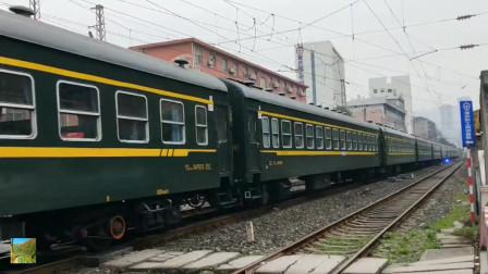 客车6512次鸣笛安全通过重庆南铁路职工培训基地道口