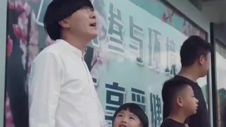 陈翔六点半:下雨了居然拿儿子当雨伞,这儿子是充话费送的吗...
