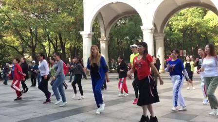 广场鬼步舞齐舞欣赏,节奏动感时尚,每天跳每天瘦