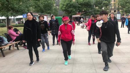 目前流行的鬼步舞《奔跑》教学,老师喊口令慢动作教,边看边学