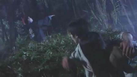 小伙跟女友夜宿山野,不料这里藏着百年僵尸,当场吸血索命!