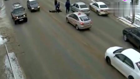 俩男子小心翼翼过马路,还是惨遭死神眷顾,监控拍下悲惨画面