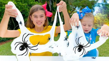 好搞笑!萌宝小萝莉们的史莱姆里面怎么有蜘蛛?趣味玩具故事
