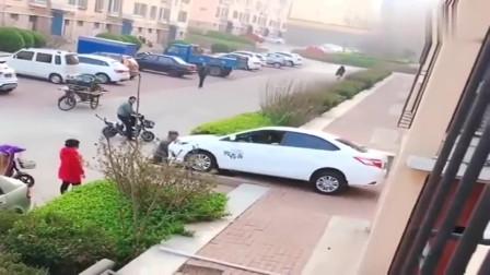 监控:又是女司机倒车,我真佩服前面推车的人