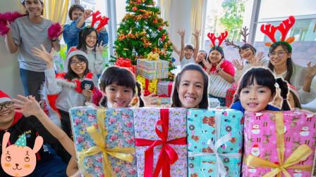太棒了!双胞胎小萝莉跟小姐姐们都收到什么圣诞礼物?趣味玩具故事