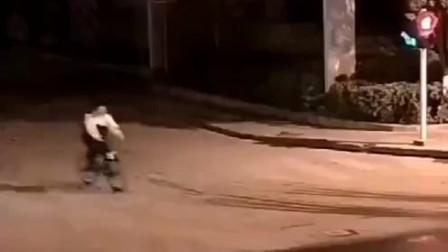 一初中生闯红灯被车撞,起身忙着道歉