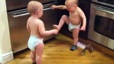 双胞胎兄弟在厨房吵架,爸妈赶紧开门看到这画面,瞬间快笑岔气了