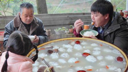 """4斤大草鱼,农村小哥手搅20分钟做""""鱼丸火锅"""",冬天来1锅全身暖和"""