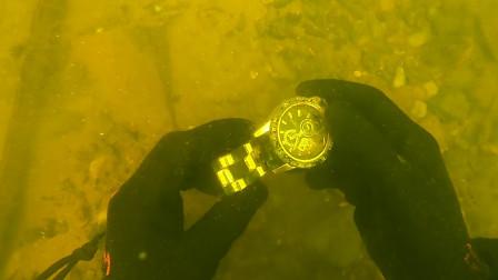 小伙穿潜水服在湖中捡垃圾,发现了一块劳力士手表,赚大发了