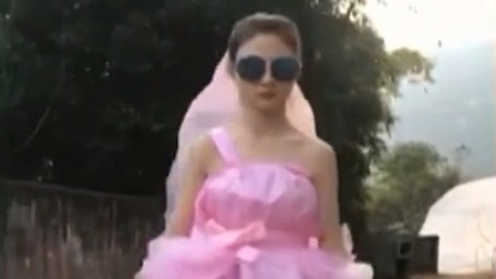 女孩自制塑料礼服 获众人点赞 每日新闻报 20200102 高清版