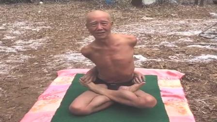 这是我们村最受尊敬的老人,年轻时就开始练瑜伽,没想到80岁还这么厉害!