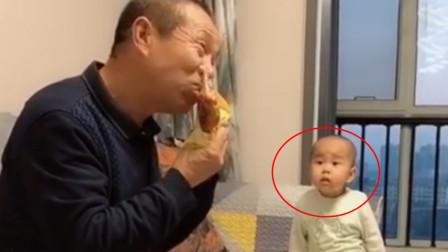 爷爷在一旁啃着大鸡腿,11个月孙子看到,反应真是看一次笑一次