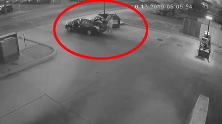 实拍:国外男子背着尸体当街仍进垃圾桶里,真是胆大!
