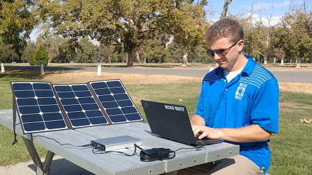 """24岁大学生发明""""太阳能""""发电板,能同时给8台手机充电"""