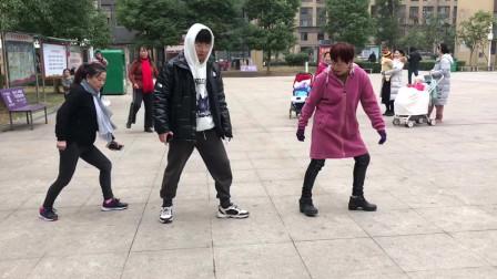 广场鬼步舞基础步《侧滑》教学,动作不难,老师慢动作教