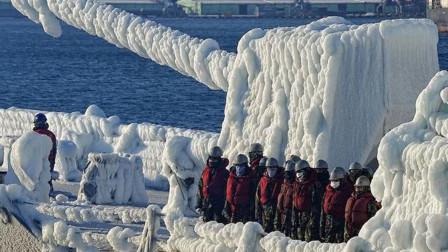 """军舰被冻成""""冰舰"""" 士兵被冻的东倒西歪 天气对战斗力影响有多大"""