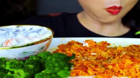 美女吃播:麻辣西红柿炒饭+花菜+酸奶沙拉,这满满的大桌菜真香