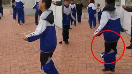 男孩跳绳比赛裤子掉了,仍坚持要争第一,笑懵对手:这是战术!
